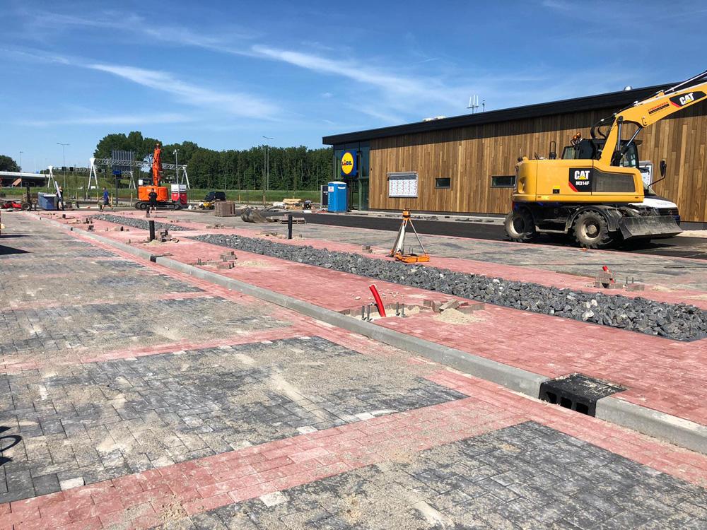 Duurzame betonstraatstenen voor de eerste energie- en CO2 neutrale supermarkt van Nederland